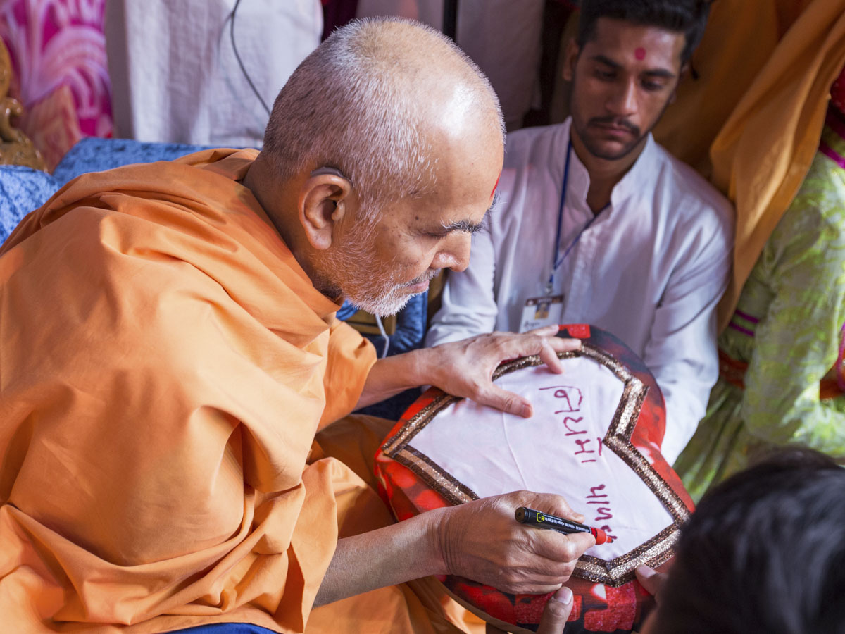 Swamishri writes a message for youths