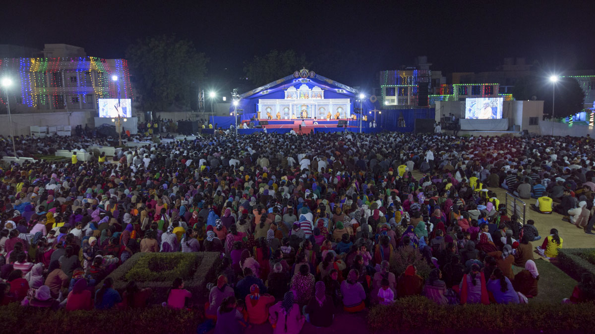 Devotees during the Yuva Din assembly