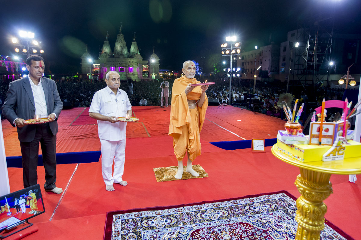 Swamishri, Deputy Chief Minister of Gujarat Shri Nitinbhai Patel and invited guest perform the evening arti