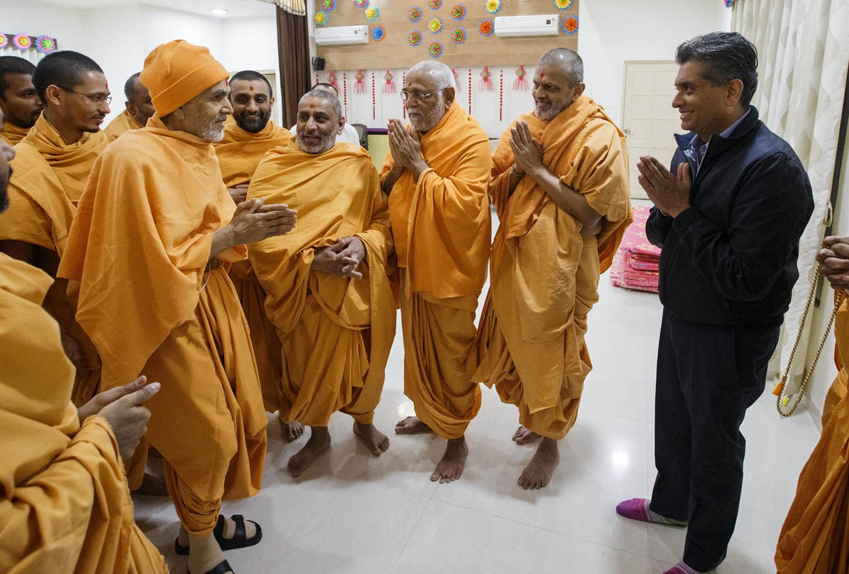 Swamishri greets a devotee with 'Jai Swaminarayan'