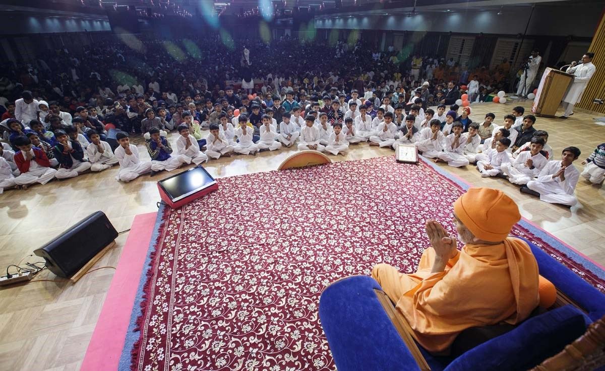 Swamishri greets children with 'Jai Swaminarayan'