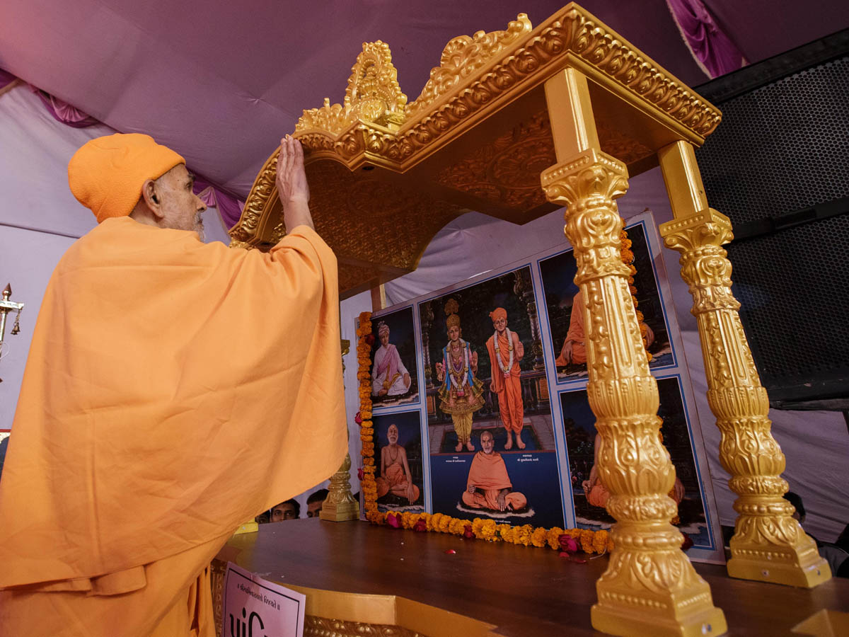 Swamishri performs pratishtha rituals of murtis for BAPS Shri Swaminarayan Mandir in Prantij, Gujarat, India