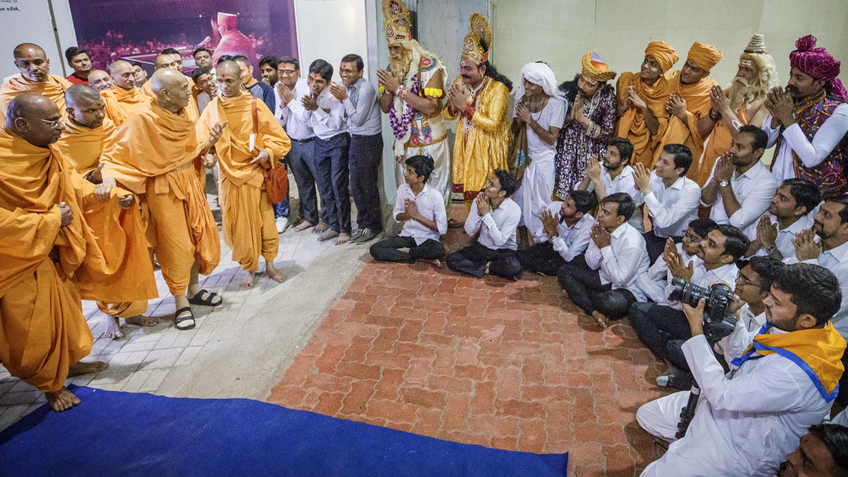 Swamishri blesses participants of the skit