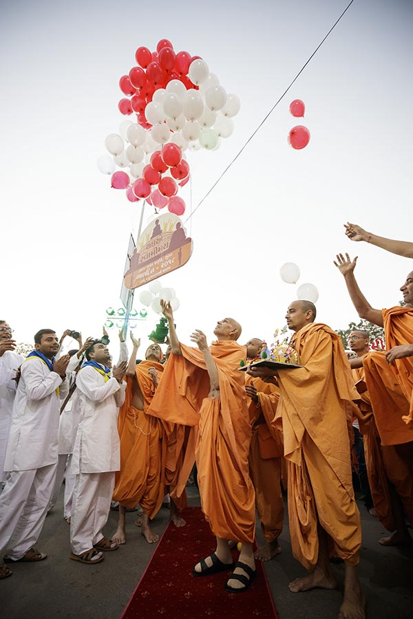 Swamishri releases balloons