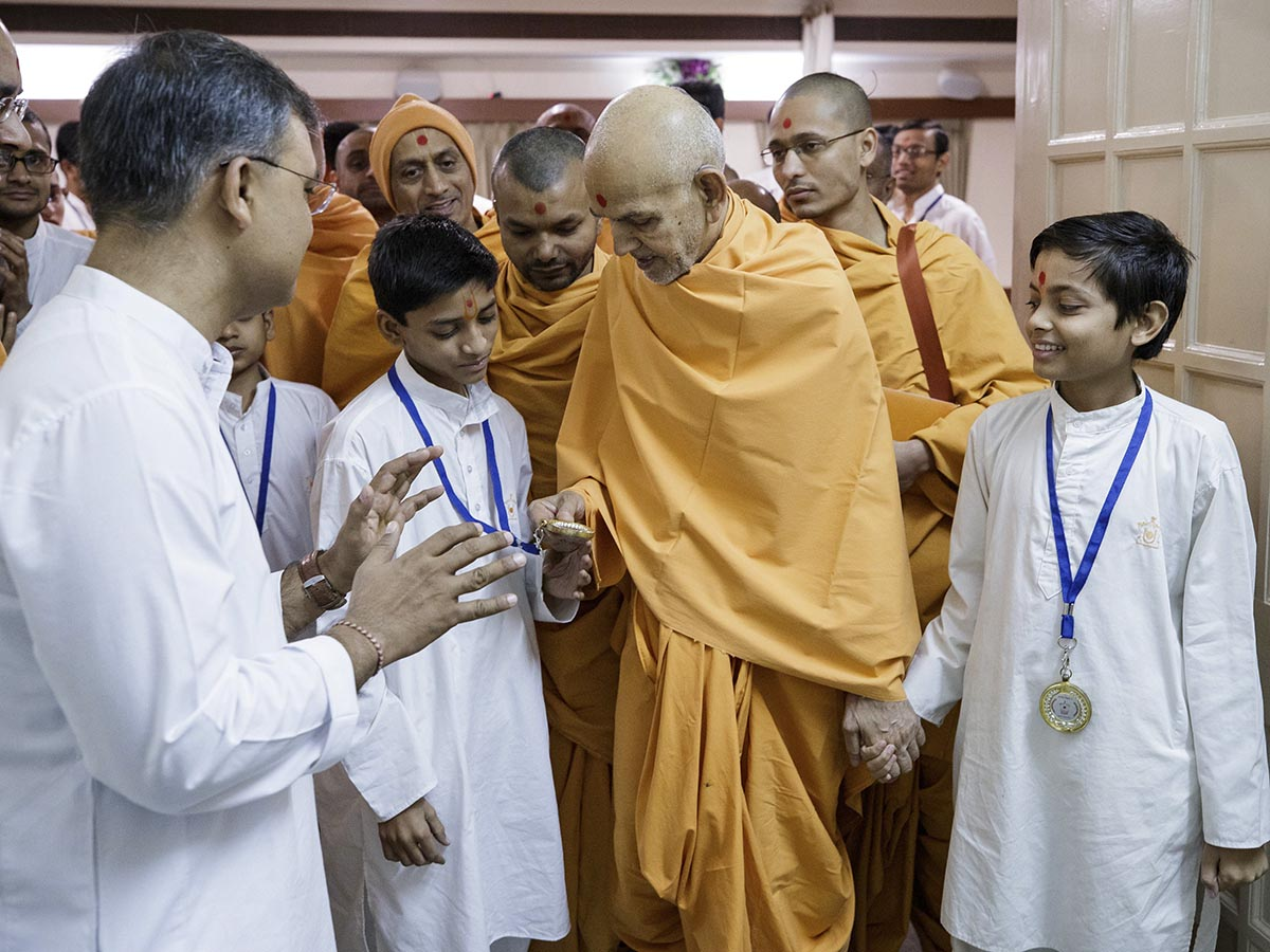 Swamishri sanctifies a medal