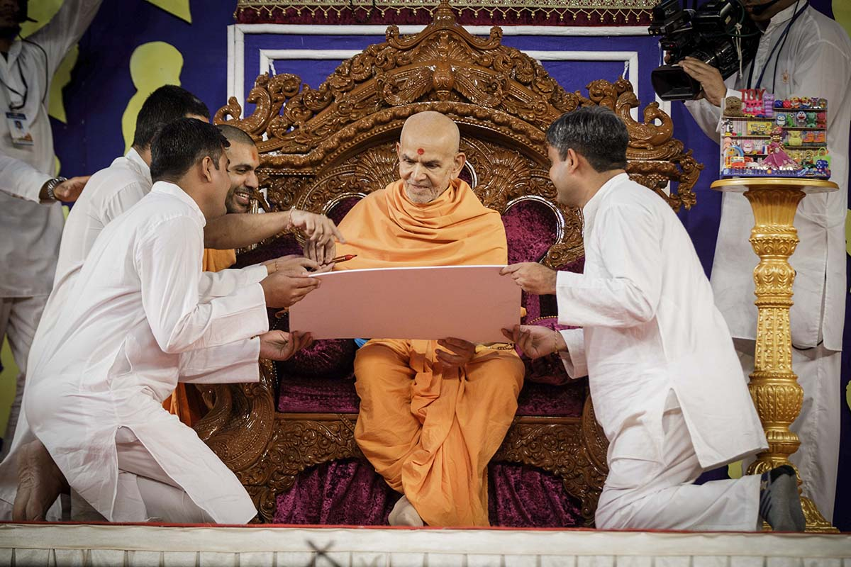 Swamishri interacts during the Bal Din program