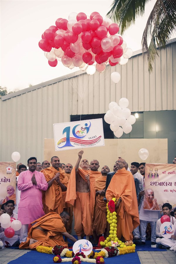 Swamishri releases balloons to mark the 10th anniversary celebration of Swaminarayan Chhatralaya, Bardoli