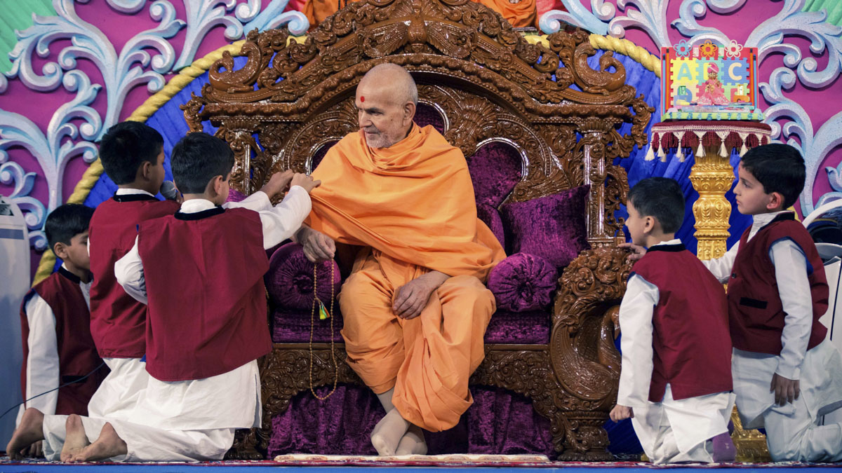 Swamishri interacts with the children