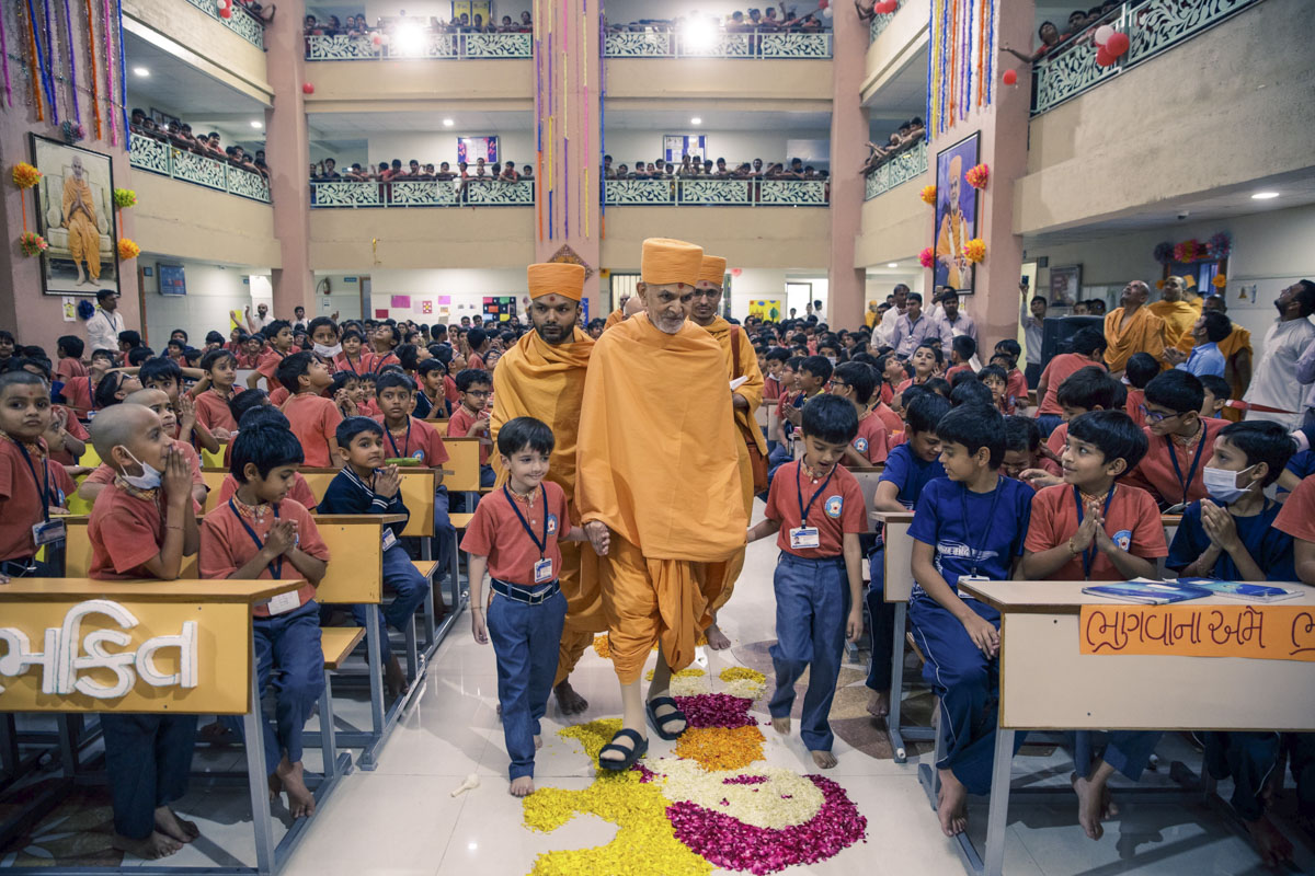 Swamishri arrives at the school
