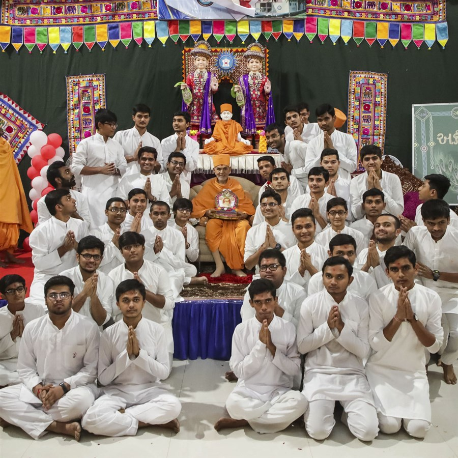 Students of BAPS Swaminarayan Chhatralaya, Surat, with Swamishri