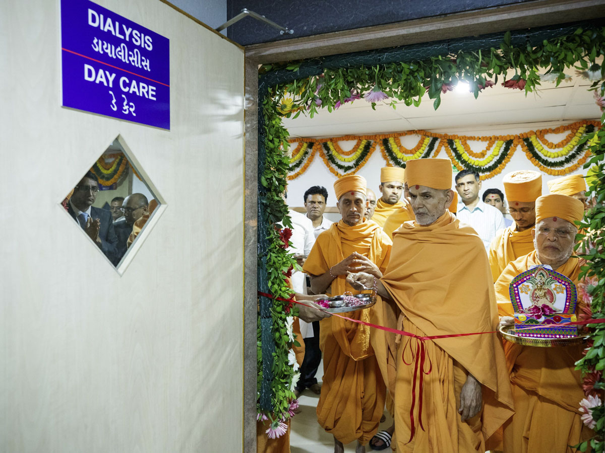 Swamishri performs opening rituals of a new section of the hospital