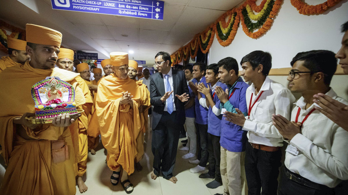 Hospital staff doing darshan of Swamishri