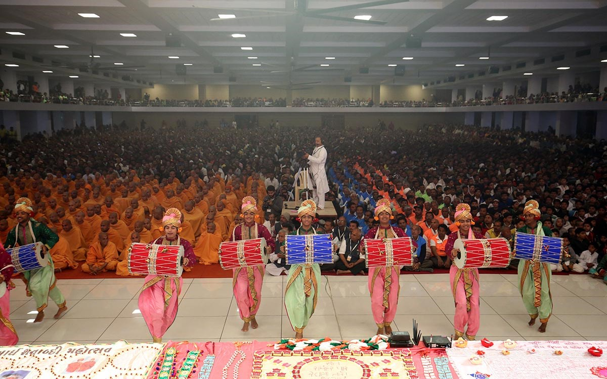 Children perform a traditional dance in Swamishri's puja
