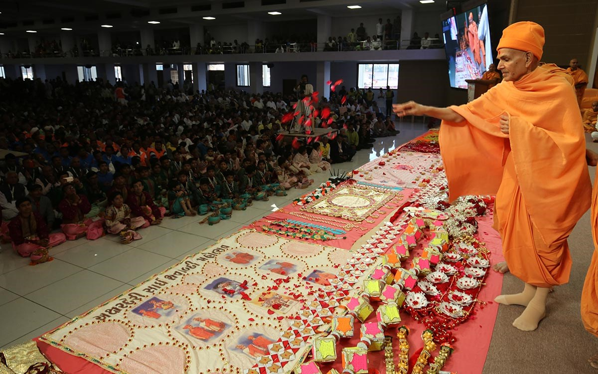 Swamishri sanctifies shawls and garlands made by devotees