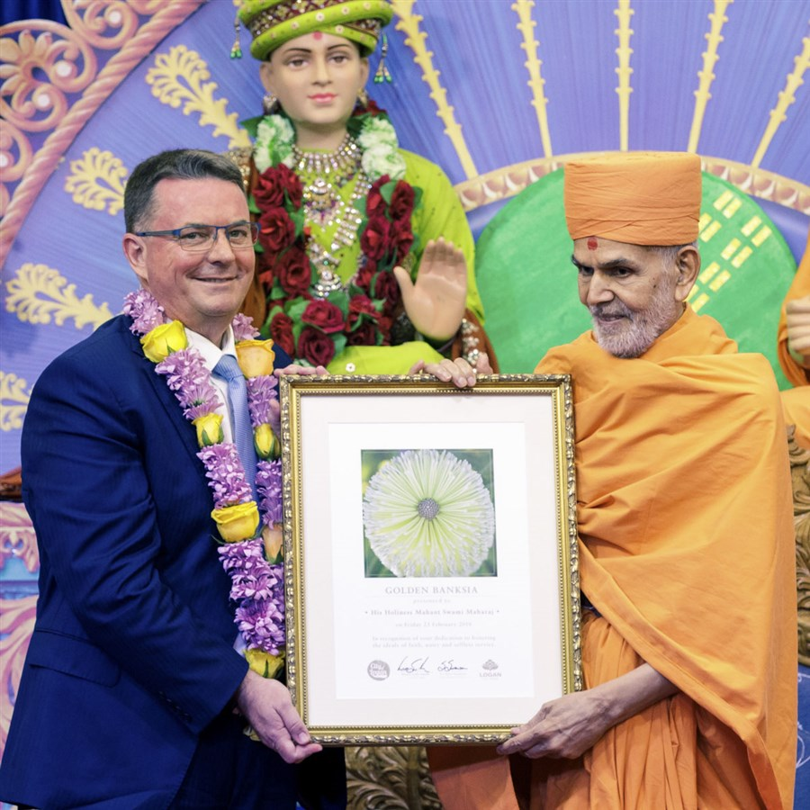 Mr. Luke Smith, Logan City Mayor, honors Swamishri