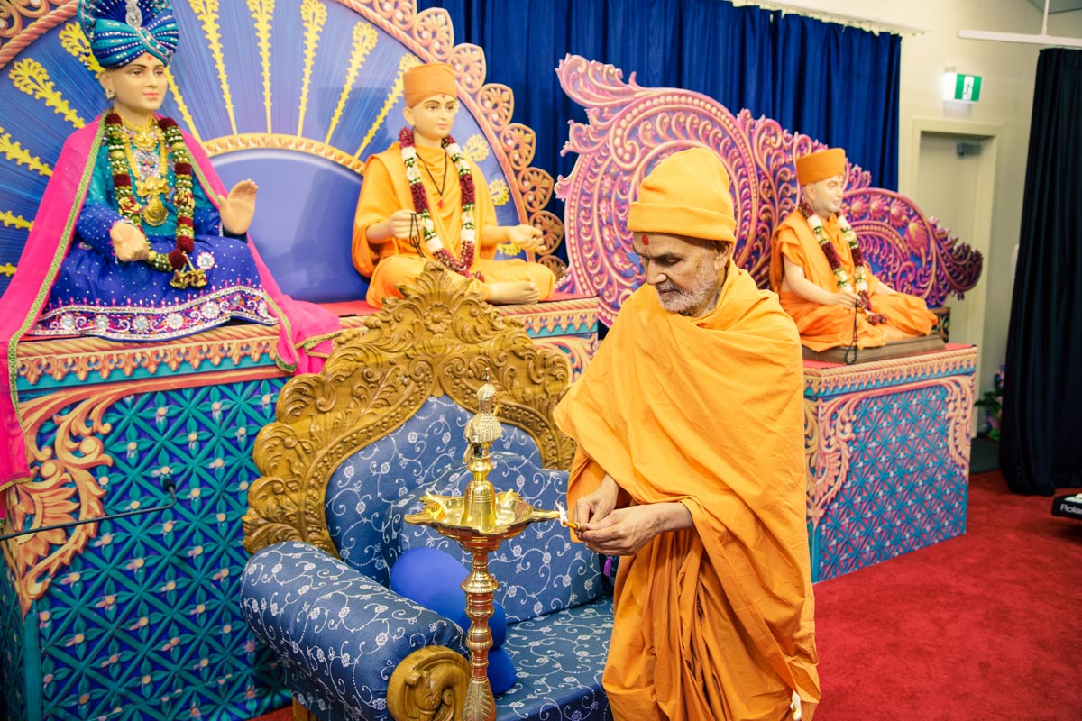 Swamishri lights the lamp to inaugurate the 'Bhagya Jagya' Shibir