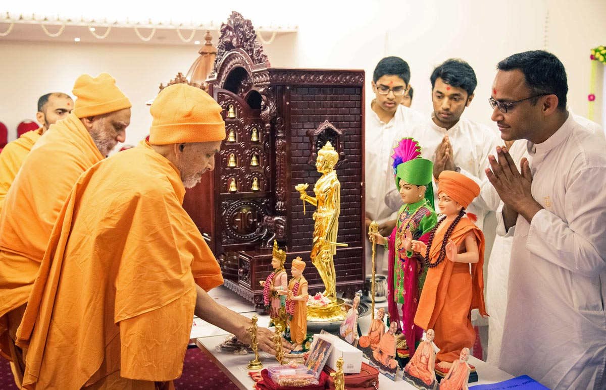 Swamishri performs pujan of murtis for devotees' homes