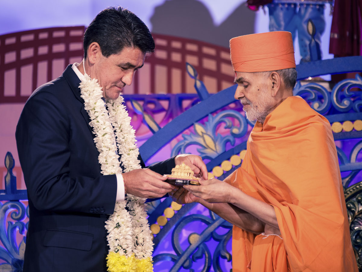 Swamishri presents a memento to Dr. Geoff Lee, Parliamentary Secretary to the Premier