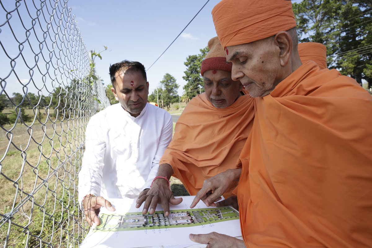 Swamishri observes the proposed plan for the mandir complex