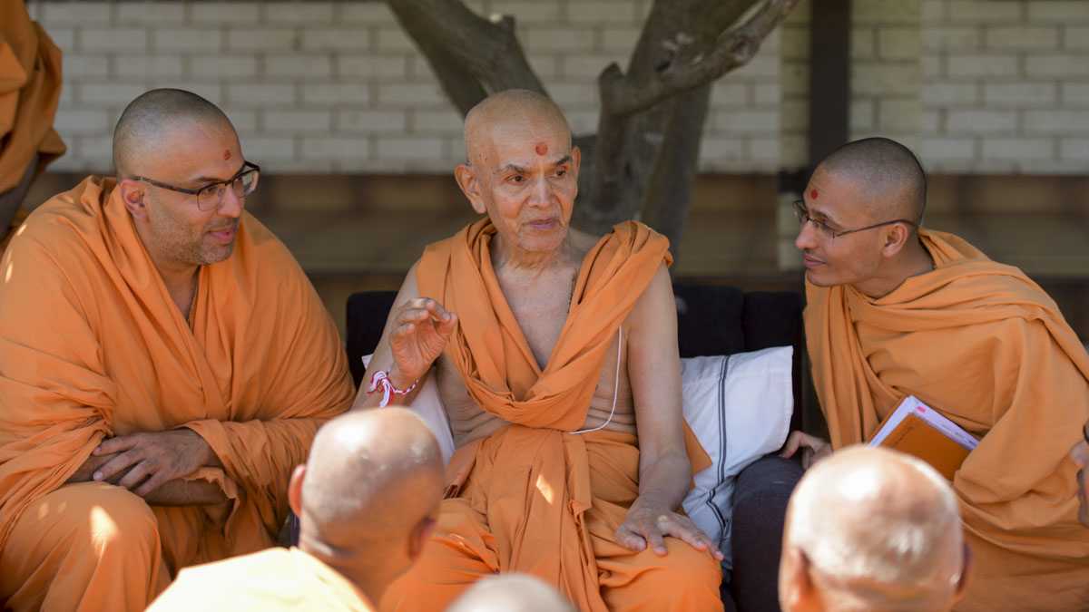 Swamishri interacts with sadhus
