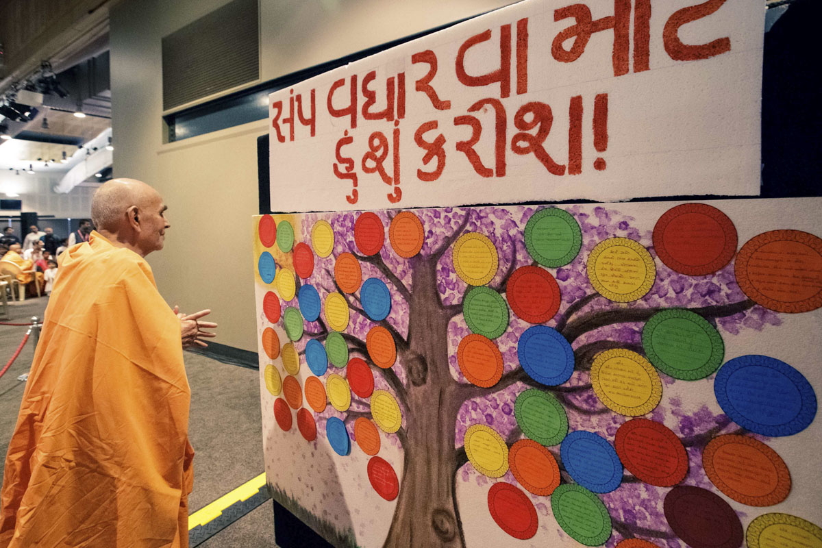 Swamishri observes a decorative display on how to increase unity