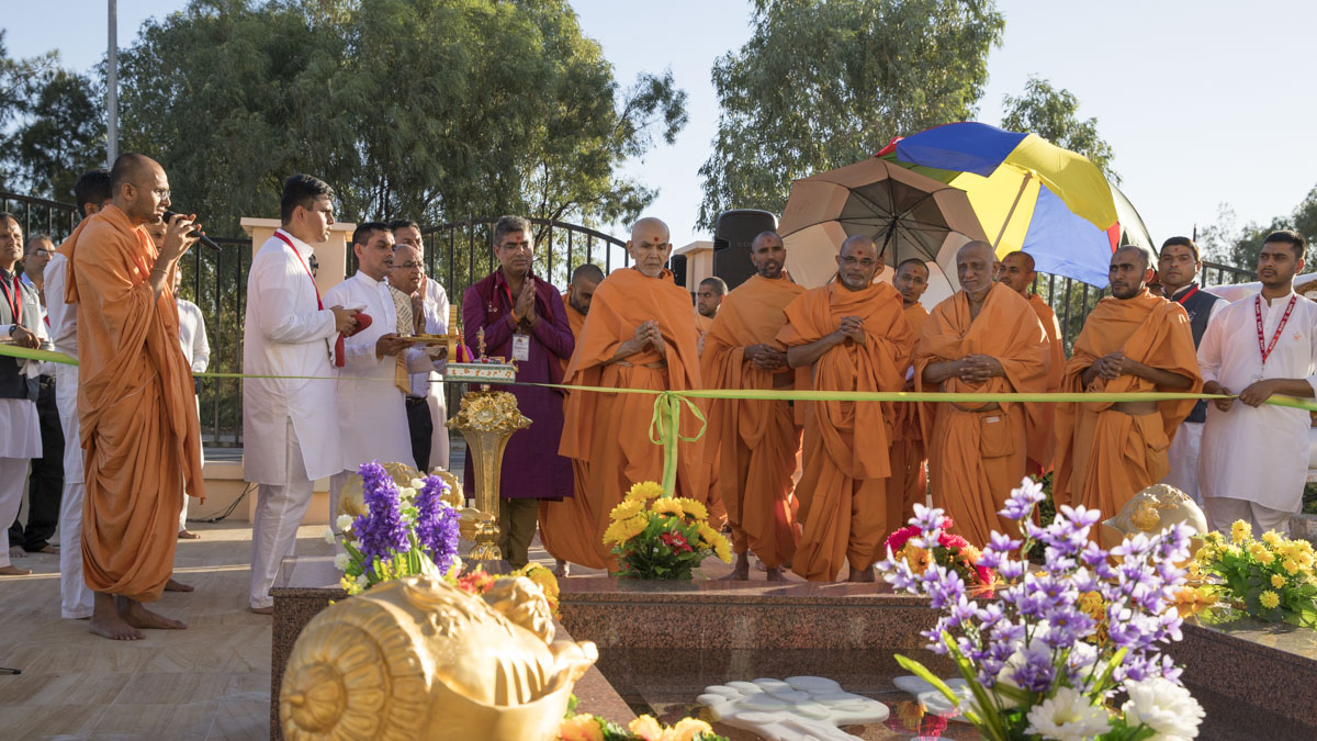 Swamishri inaugurates the holy charanarvind of Bhagwan Swaminarayan in front of the mandir