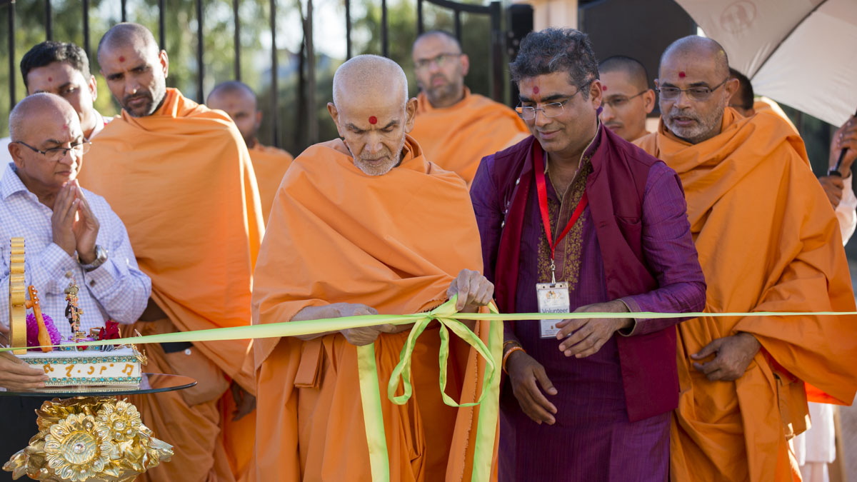 Swamishri inaugurates the charanarvind