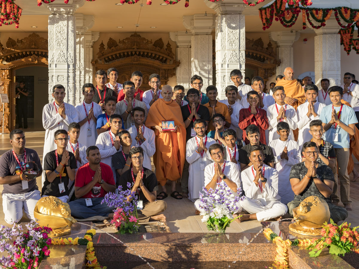 Youths with Swamishri