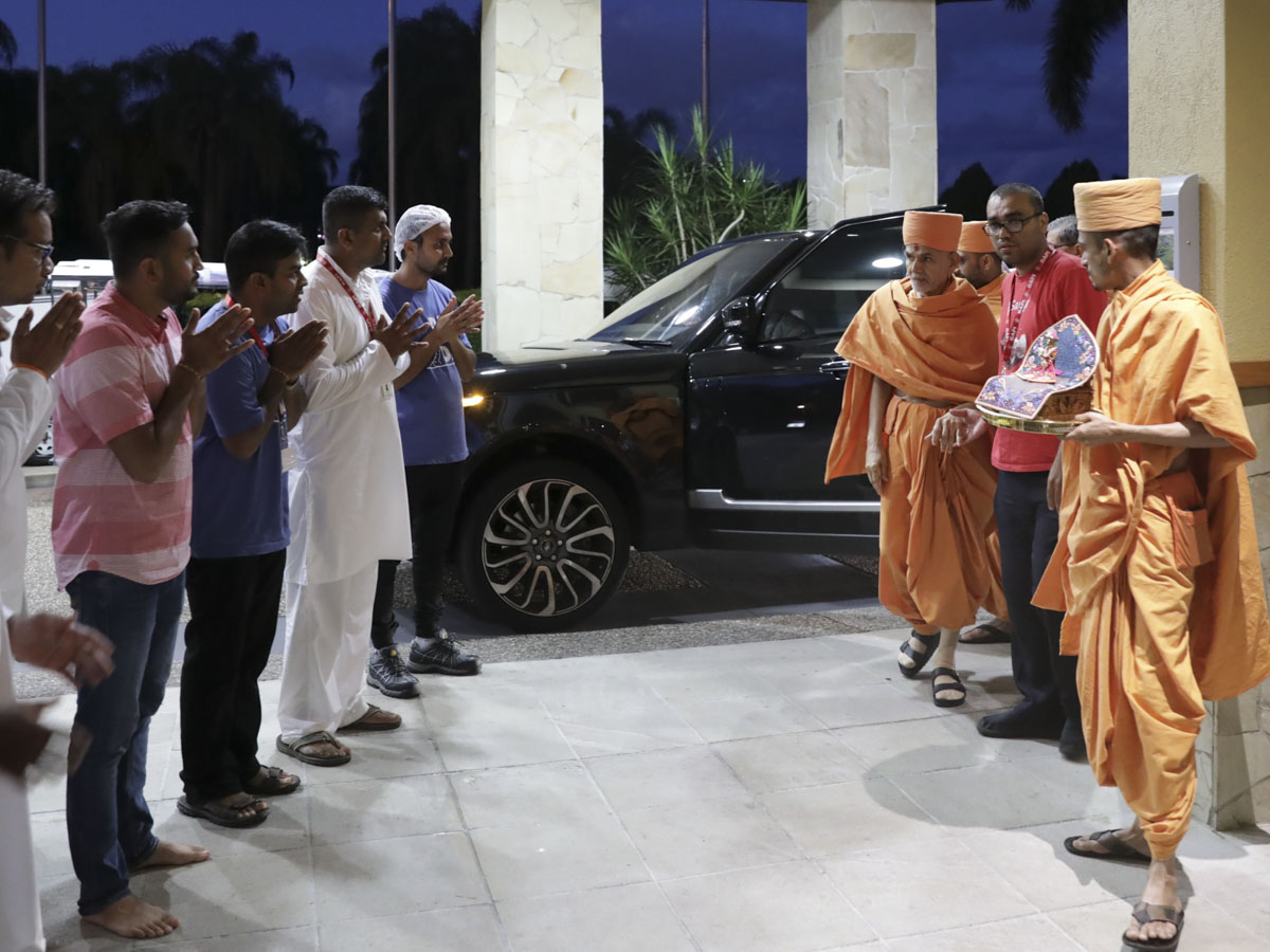 Param Pujya Mahant Swami Maharaj arrives at the convention