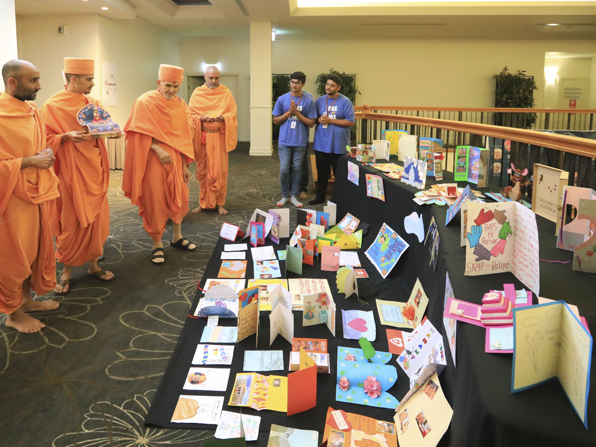 Swamishri observes cards prepared by kishores and kishoris
