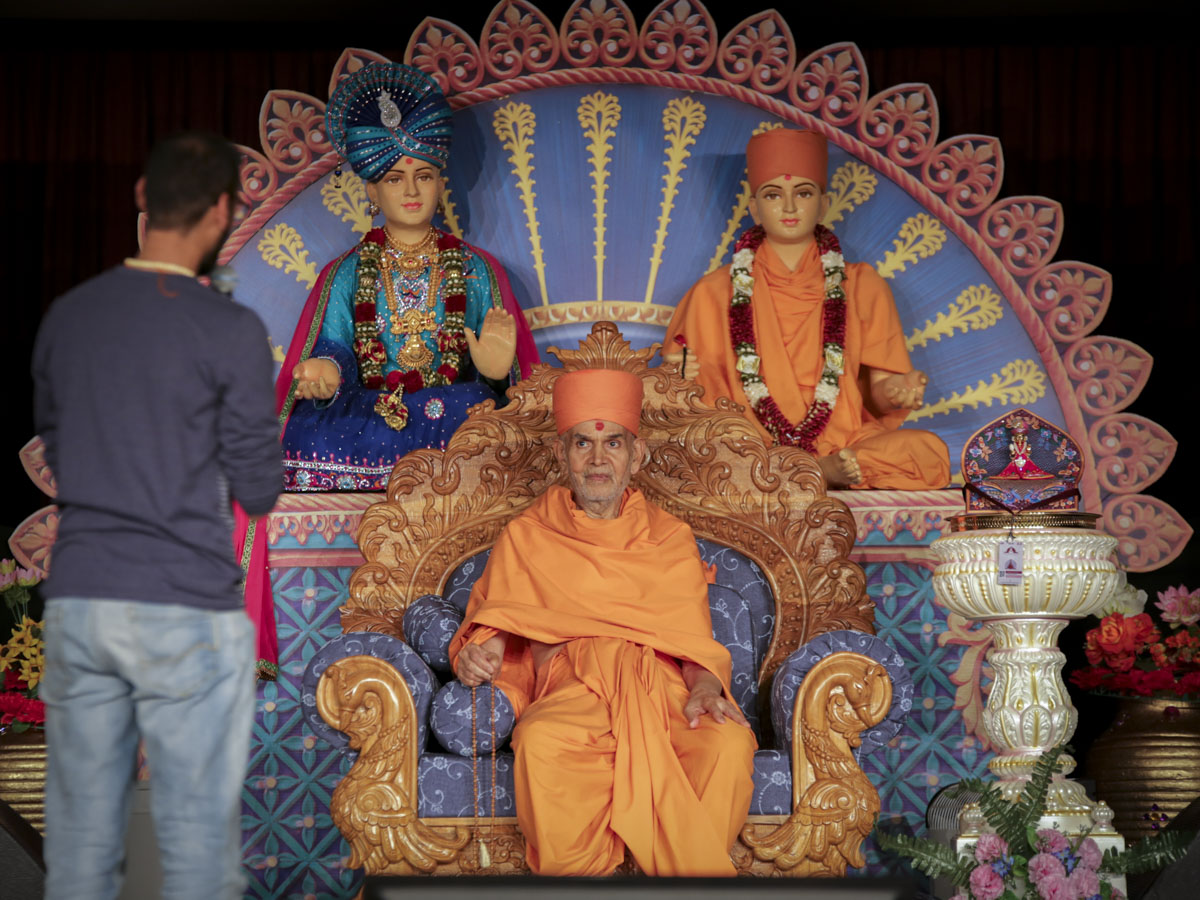 A kishore prays before Swamishri