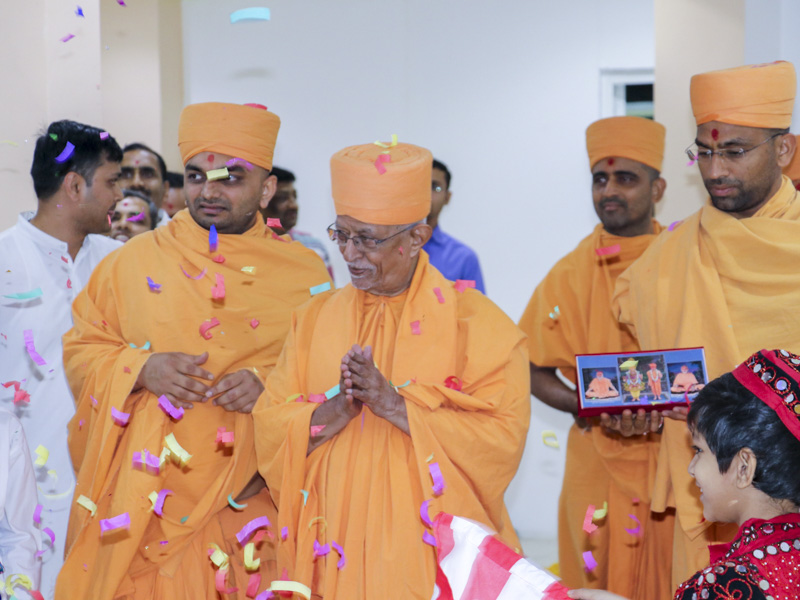 Pujya Doctor Swami greets all with 'Jai Swaminarayan'