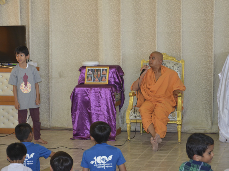 Brahmavihari Swami addresses the children's shibir