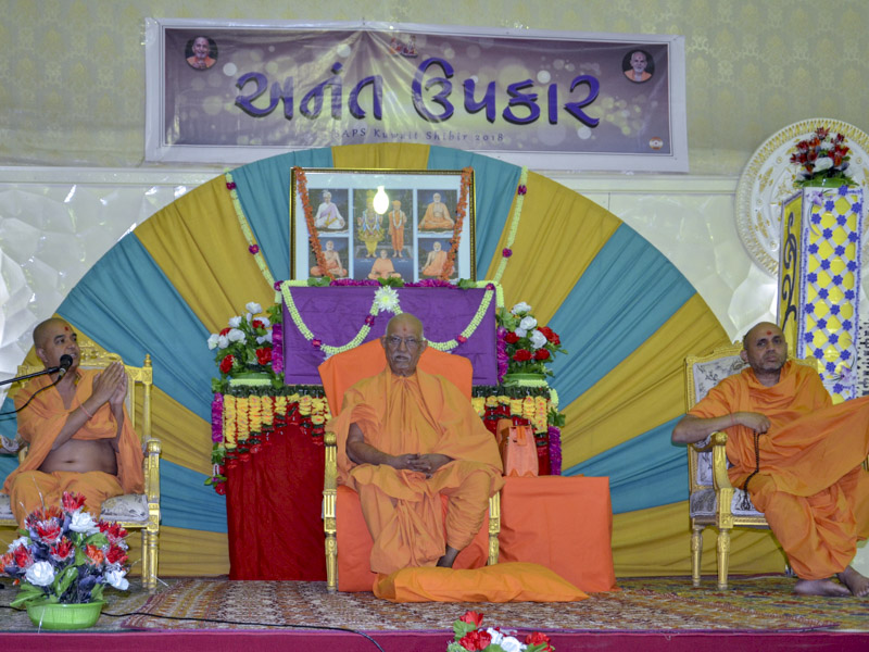 Brahmavihari Swami addresses a shibir session