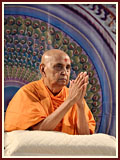 After puja Swamishri bids Jai Swaminarayan to all