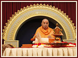 Swamishri perfroms his morning puja