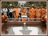 Swamishri before a replica of the holy footprints of Bhagwan Swaminarayan