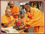 Swamishri receives and sanctifies a kalash