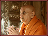 Swamishri engaged in darshan of Thakorji ...