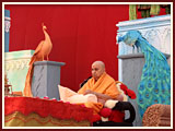 Shri Harikrishna Maharaj during Swamishri's morning puja