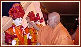 Swamishri performs murti-pratishtha rituals for the mandir of Chansad