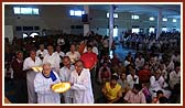 Swamishri and devotees perform murti-pratishtha arti