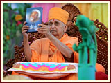 Swamishri inaugurates new publications by Swaminarayan Aksharpith