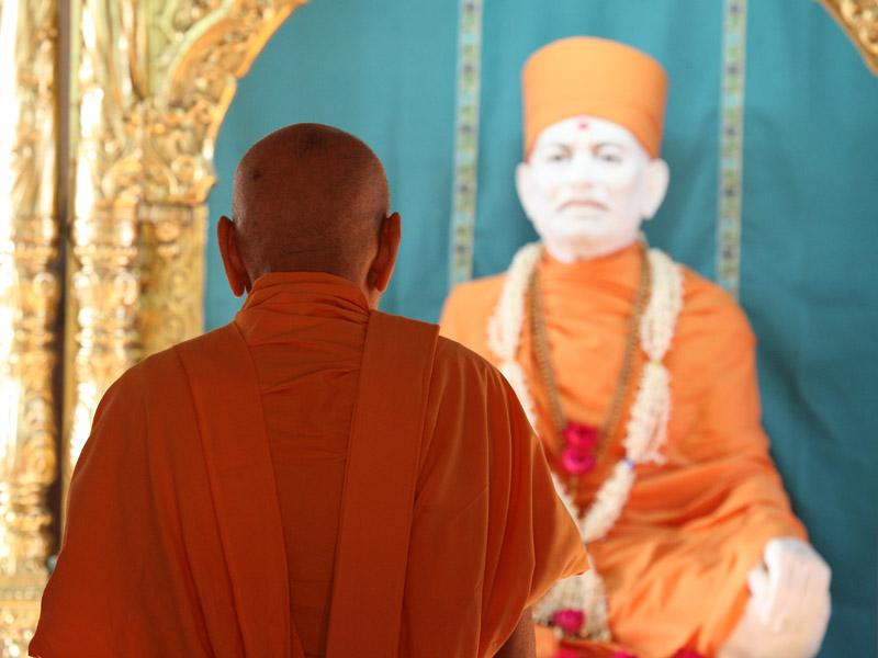 Swamishri engaged in darshan of Brahmaswarup Shastriji Maharaj at Yagnapurush Smruti Mandir