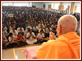 Swamishri blesses devotees of Palaj and Kachhal