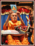 Swamishri inaugurates publications by Swaminarayan Aksharpith