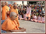 Swamishri blesses kids of BAPS School