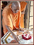 Swamishri engaged in darshan at Yagnapurush Smruti Mandir
