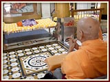 Swamishri engaged in darshan in Rang Mandap