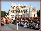 Swamishri blesses devotees while on his way to Smruti Mandir